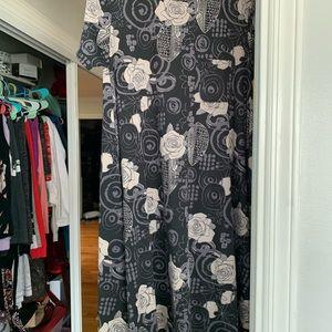 NWT LulaRoe Carly Sz Small, Black rose print!!!!